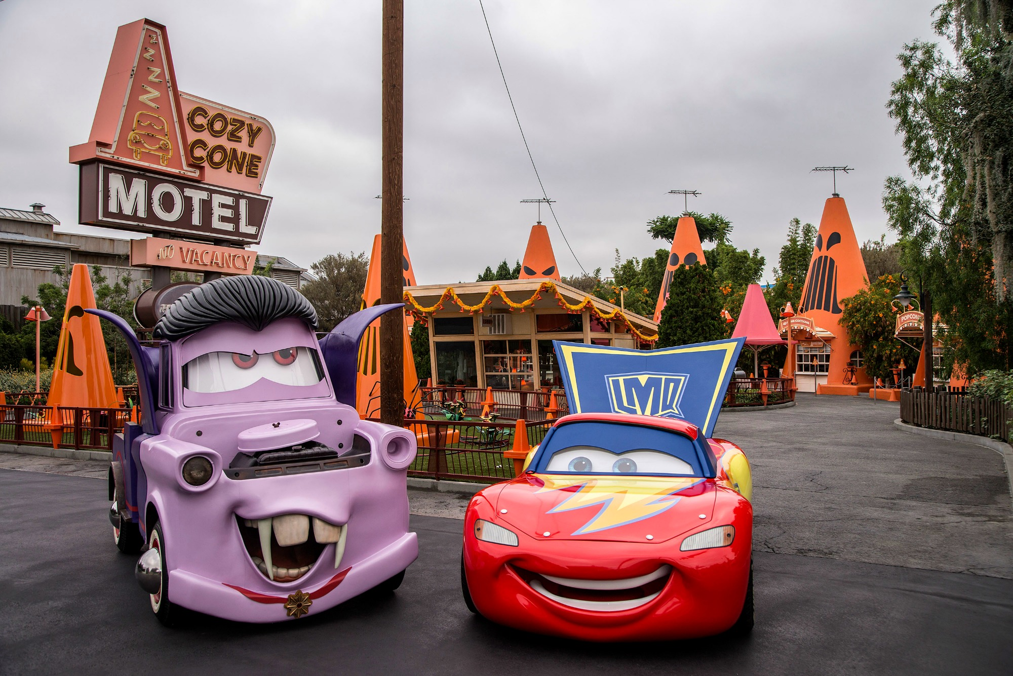 Mater-and-Lightning-McQueen-in-their-car-stumes-09_2017_DCA.0368