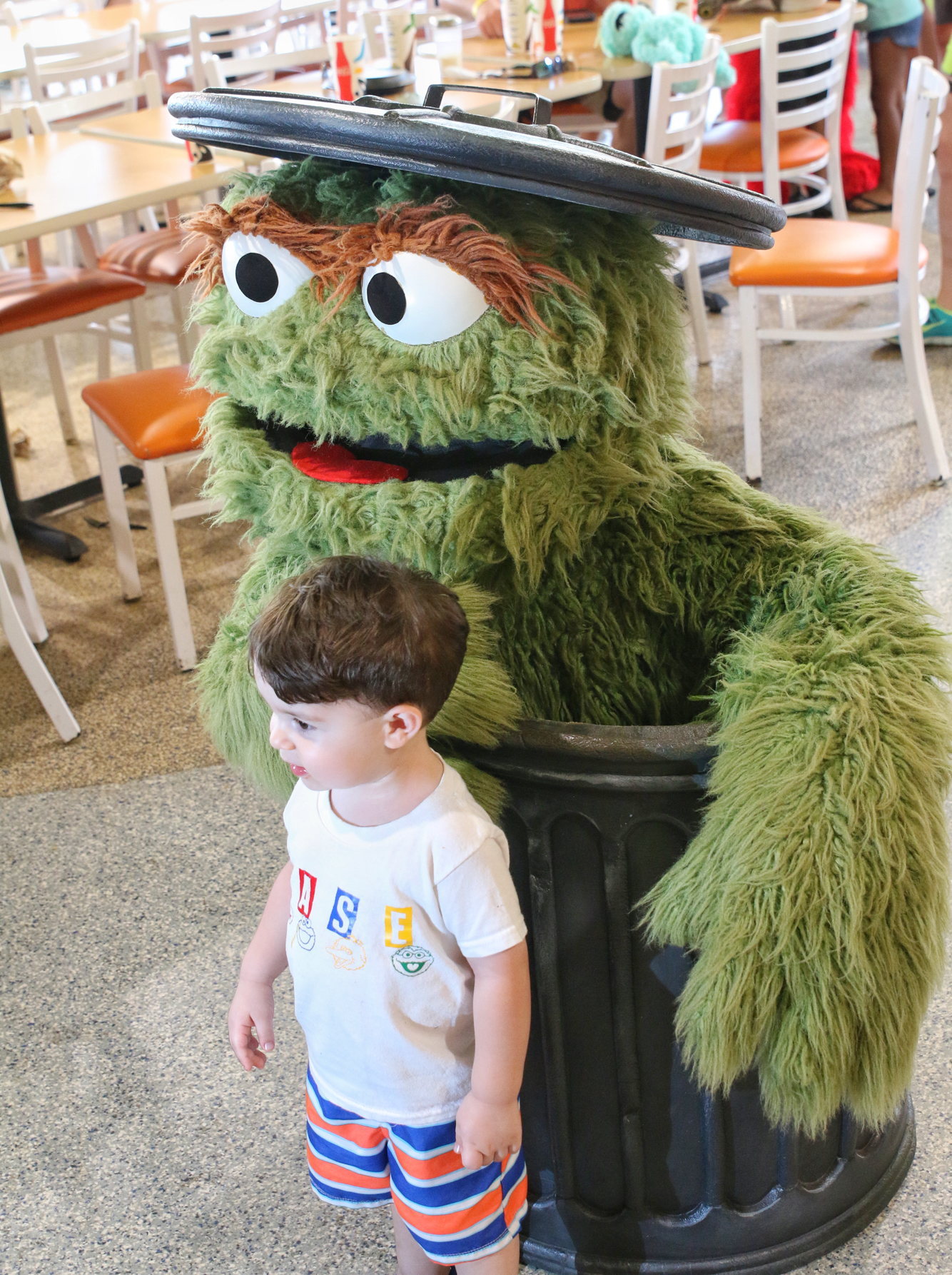 Oscar posing with child at Sesame Street dinner